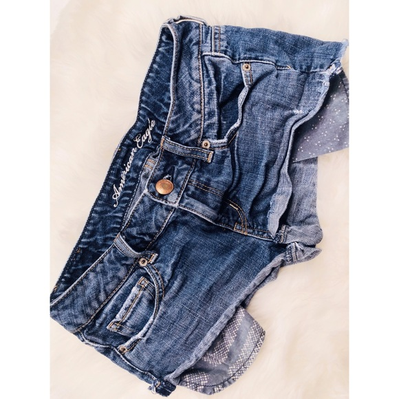 American Eagle Outfitters Pants - American Eagle Medium Wash Short Shorts✨Size 2!